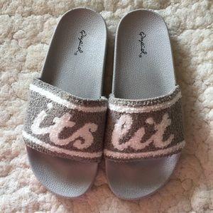 It's Lit Slides grey & white - Qupid
